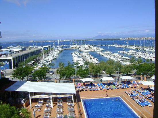 Univers Hotel: zicht op haven en zwembad