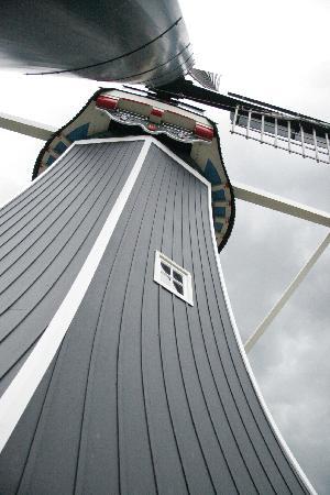 Molen De Adriaan Museum : Looking up at the windmill
