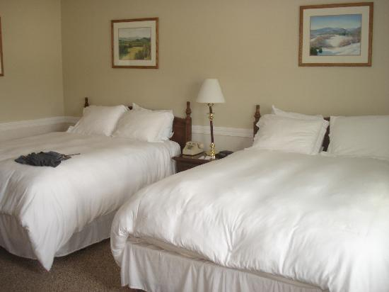 Eastern Slope Inn: Main building bedroom - comfie beds