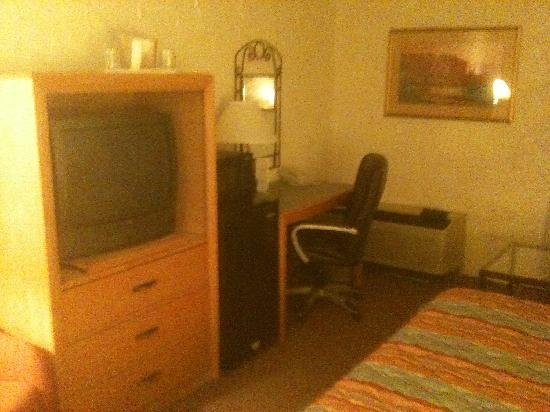 Arizona Riverpark Inn: Tv and desk area - Riverpark Inn, Tucson, AZ
