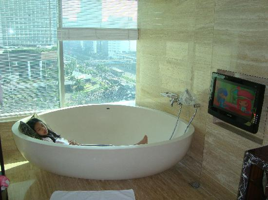 Hotel Indonesia Kempinski: bath tube with LCD TV