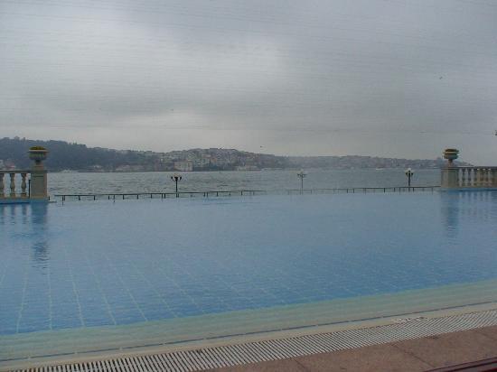 Ciragan Palace Kempinski Istanbul: piscina sobre el bosforo