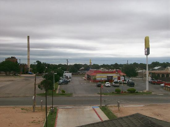 Best Western Lamesa Inn & Suites: Taken from our room showing McD across the street.