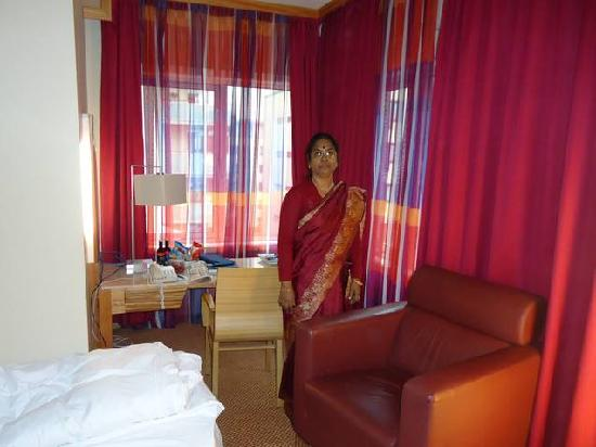 Radisson Blu Hotel Nydalen, Oslo: Inside of the room my wife,pleasant curtains view