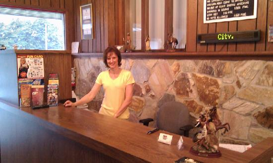 Indian Trail Motel : Here's Anna working the desk