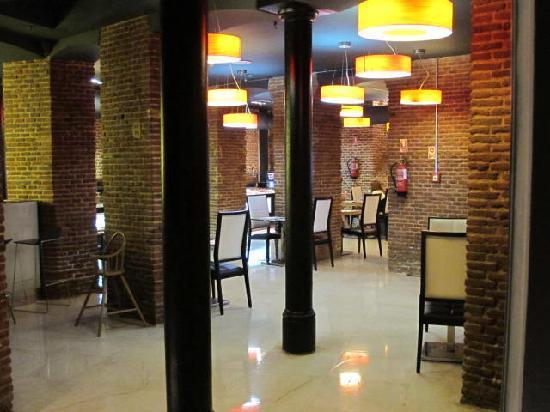 เพทิท พาเลซ โพซาดา เดล ไพเน โฮเต็ล: lower level dining area
