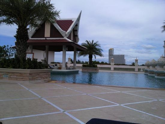 Grand Pacific Sovereign Resort & Spa: one of the pools with swim up bar