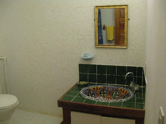 Ally's Guest House Belize: Bathroom