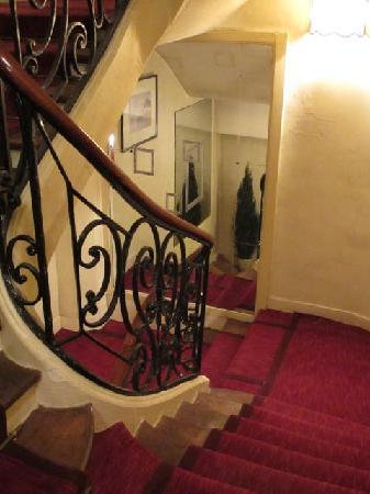 Hotel Baudelaire Opera: traditional and quaint interior stairway and elevator