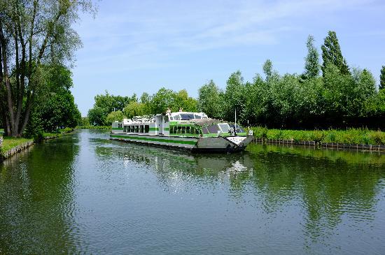 Auberge du Pre Porus: Des bateaux passent...