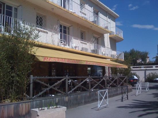 Inter Hotel Le Grillon d'Or: la terrasse pour les PDj et le restaurant