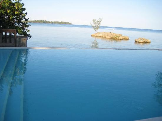 Rhodes Beach Resort Negril: the very inviting infinity pool