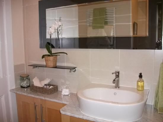 24 Inverleith Place: Private bathroom