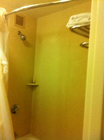 Hilton Garden Inn Sacramento Elk Grove: Odd Place to Store Towels