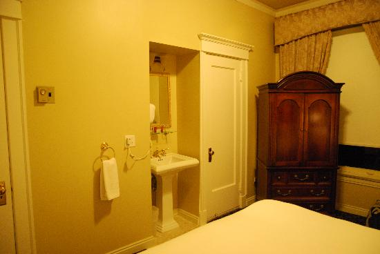 Peery Hotel: Sink at the end of the bed & bathroom to the right.