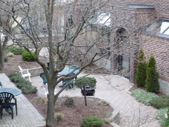 Waterloo Inn Conference Hotel: Beautiful inner courtyard