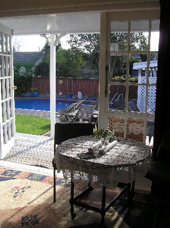 City Centre Hamilton Bed and Breakfast: View from West Wing lounge to garden and pool