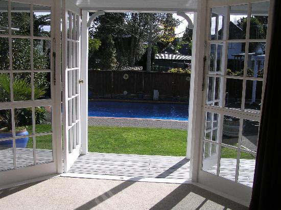 City Centre Hamilton Bed and Breakfast: View from West Wing bedroom to pool and garden area