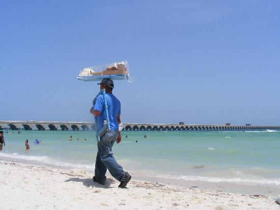 Progreso, Mexiko: One of MANY beach vendors, this one selling candy
