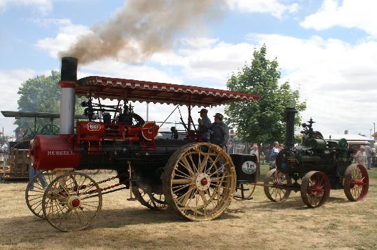 Antique Powerland Museum: Steam tractor parade