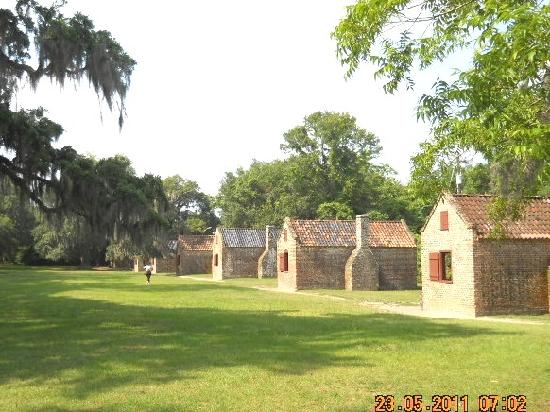 Boone Hall Plantation: slave cabins filled with exhibits