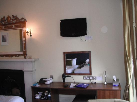 The Salisbury Hotel: TV and minifridge + tea, coffee, hot chocolate