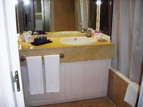 โรงแรมอายเร่ เซบีย่า: Il lavabo con la ricca dotazione di prodotti per la toilette