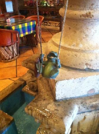 La Terraza Restaurant: Swinging frog in the fountain