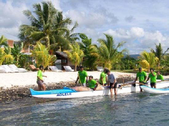 Jet Over Hotel: Paddlers Arrive for Lunch