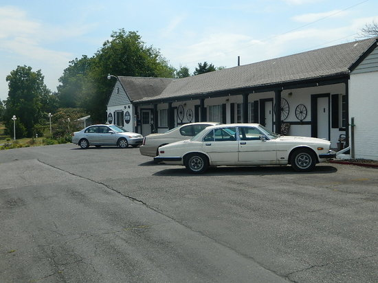 Blue Ridge Inn: The motel from the parking lot