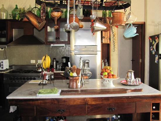 Casa Los Jazmines: Cocina abierta... fábrica de delicias.