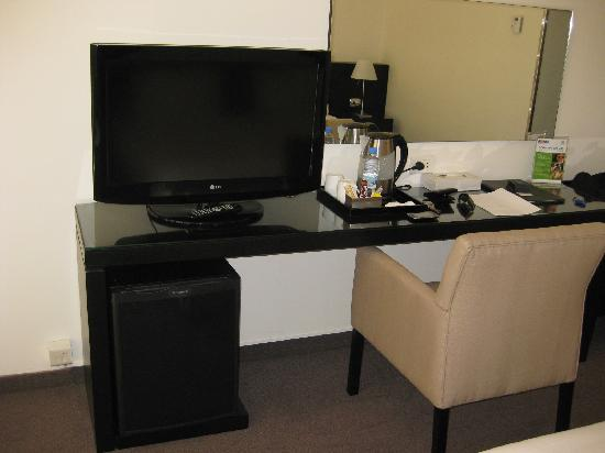 Cavalier Hotel: Desk/TV
