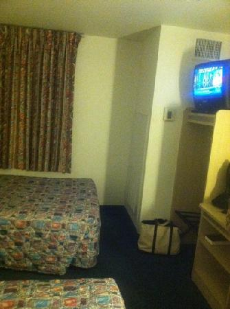 Motel 6 Brownsville : small tv