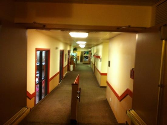 Cottonwood Inn & Suites: Hallway from Front Desk