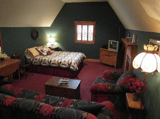 Mulberry Corners Bed and Breakfast: family room / suite on first floor