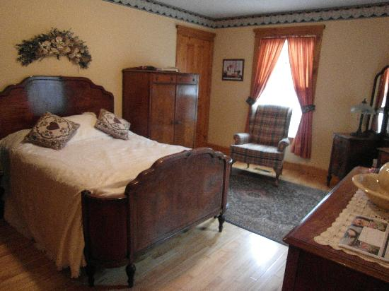 Mulberry Corners Bed and Breakfast: the smaller room with a queen size bed