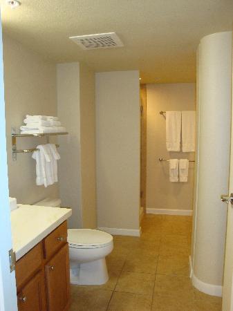Wyndham at Waikiki Beach Walk: Bathroom
