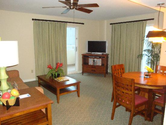 Wyndham at Waikiki Beach Walk: Living/dining rooms