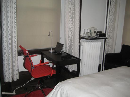 Swiss Hotel: desk area