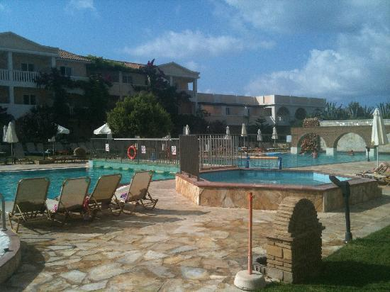 Bitzaro Grande Hotel: Lovely clean pool, taken on our last day (first time we actually saw a cloud)
