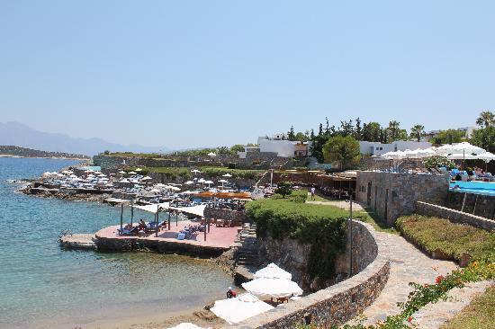 St. Nicolas Bay Resort Hotel & Villas: Strand und Bar am Tag