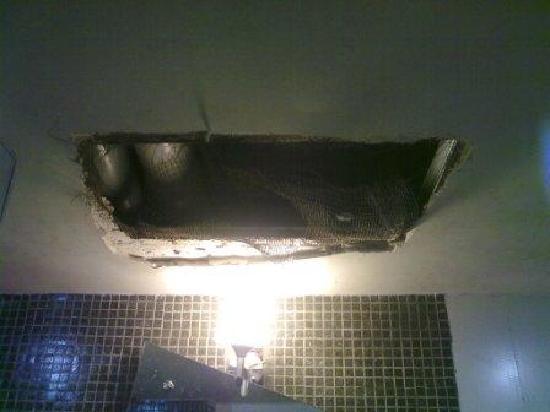Hotel Crown Continental : bathroom ceiling