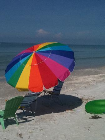 Shalimar Cottages and Motel : beautiful beach, calm water