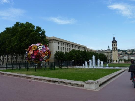 Ibis Lyon Gerland Rue Merieux : Place Antonin Poncet