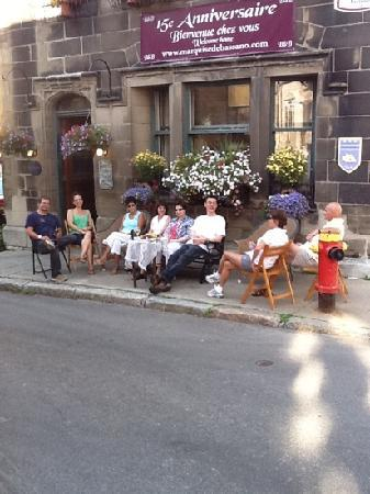 B&B La Marquise de Bassano: Celebrating with family and friends in front of B&B, with wine, cheese, jazz