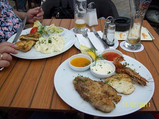 Gosch  Imbiss: rechts: 3 verschiedene Fischsorten, links: Schollenfilet.
