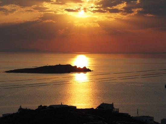 Tharroe of Mykonos Hotel: Sunset view from pool overlook