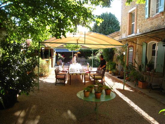 Bagard, France : La table des repas