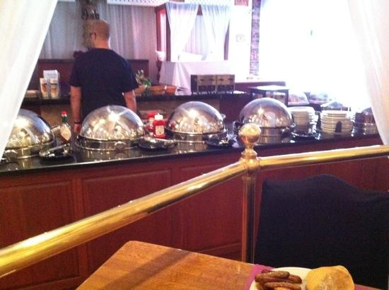 Best Western PLUS Genetti Hotel & Conference Center: bfast buffet line
