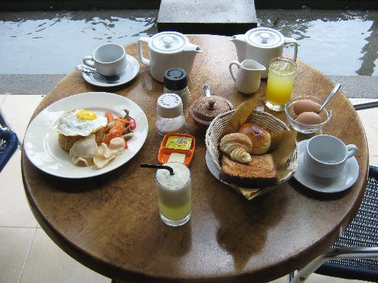 Kakiang Bungalows: Breakfast on our terrace every morning